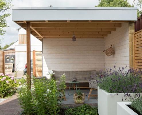 Strakke tuin met overkapping Den Bosch